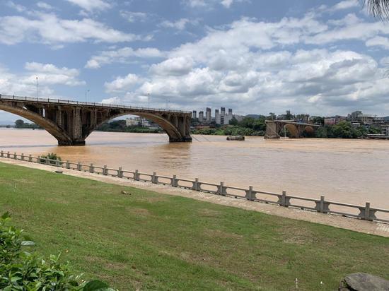 坍塌后的河源东江大桥(紫金桥)中部一个破损的桥墩露出水面。