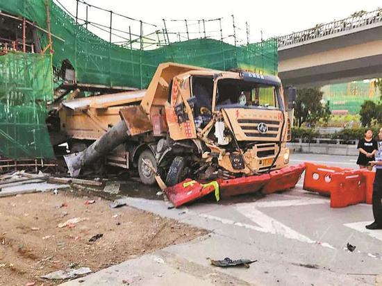 ▲撞倒临时支墩的肇事泥头车。 本版图片由市交通运输局 供图