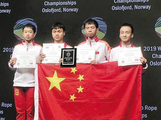 岑小林(右一)和队友获得男子团体全能奖 受访者供图
