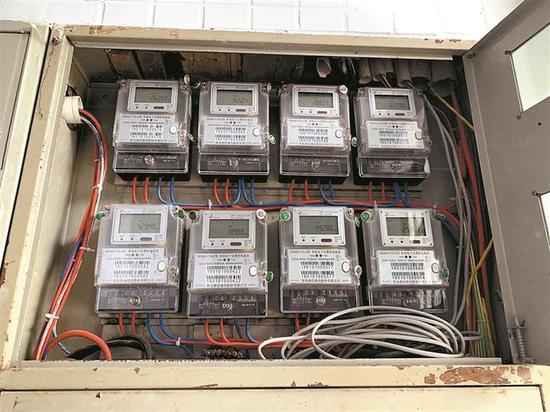 ▲公寓的分装电表没有供电局编码,无法查询数据是否异常。 深圳晚报记者 高灵灵 摄