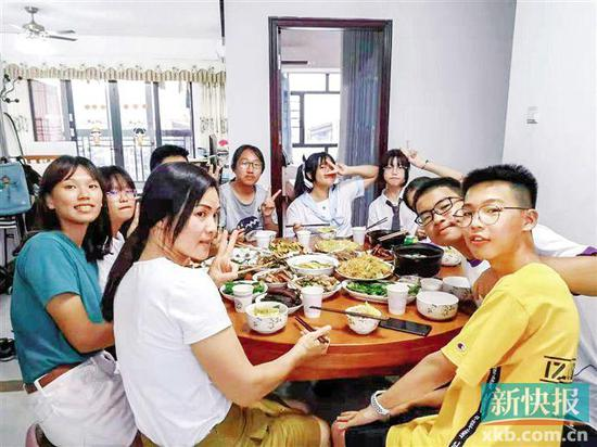 ■中黄外国语中学的学生与来自台湾的学生近日举行交流体验活动,广州学生邀请台湾学生到自己家中做客。 受访者供图