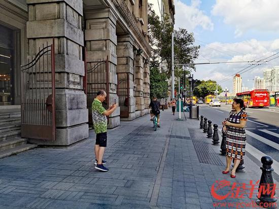 市民在南方大厦外拍照 金羊网记者 李焕坤 摄