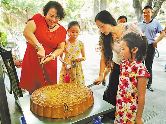 广式月饼最受欢迎,广州商家也努力推陈出新。有老字号店家推出了全新口味的荔枝月饼 甘韵仪 摄