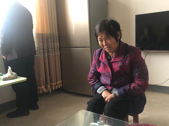 冯三千的母亲在提及儿子时面露悲伤。
