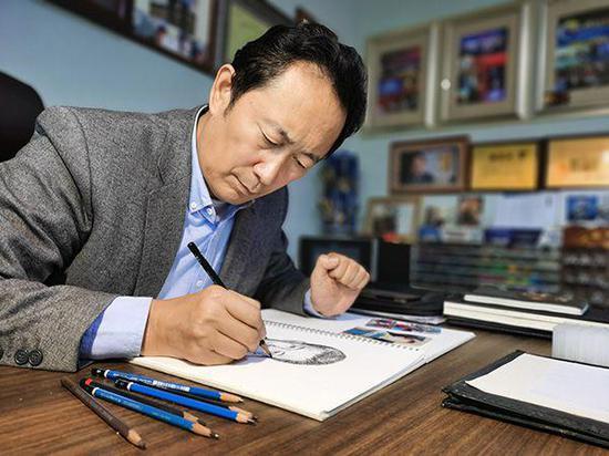 林宇辉为被拐儿童画像。通常情况下,他要根据被拐儿童小时候的照片,绘出其长大成人的画像。