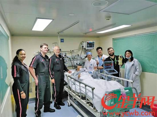 中美医生和患者合影