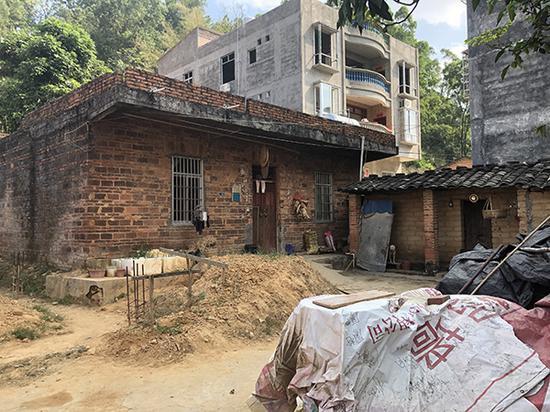 小文家的房子是一栋老旧的砖房,建于上世纪90年代初,小文一家四口居住至今。