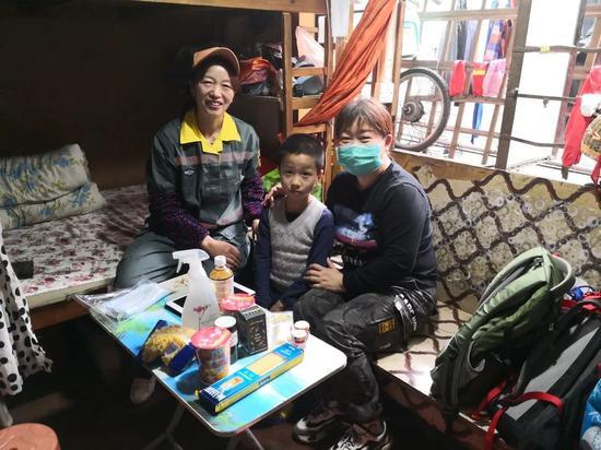 3月6日,志愿者把暖心包送到小涵家。