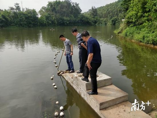 各区有关防汛负责人员检查江湖排水口是否畅通。