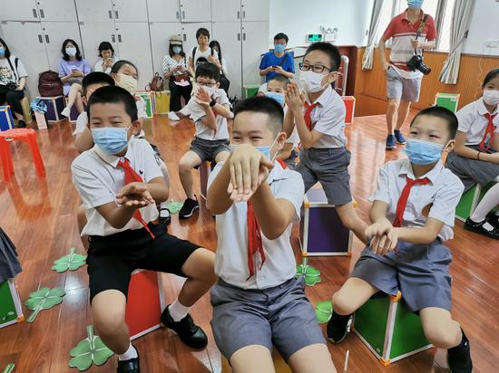 广州市未成年人心理咨询与援助中心在华康小学开展心理团体辅导活动。