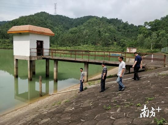 佛山市三指挥部有关人员检查江湖防洪大提。