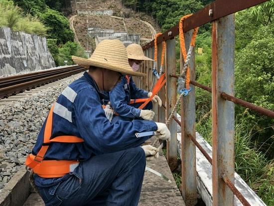 肇庆信号水电段党员突击队员在岑茂线检查加固电力电缆槽盖板
