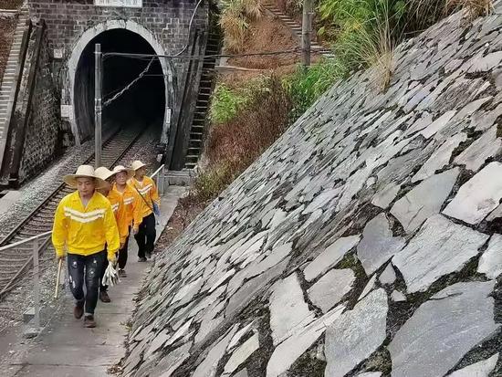 肇庆工务段党员突击队员巡查广茂线高挡墙上的堑坡