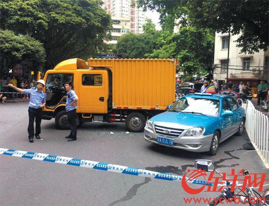 厢式作业车被指没刹好车致倾倒下滑,撞向行人和出租车