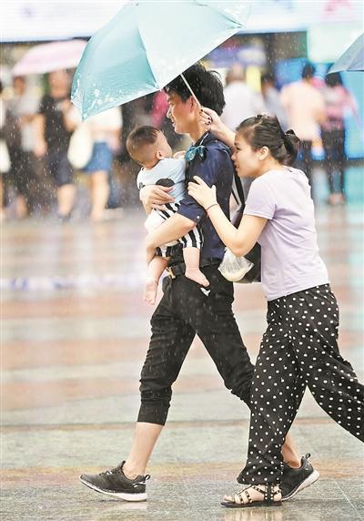 昨日,广州时而暴晒时而下雨,市民随身带伞。广州日报全媒体记者黎旭阳 摄