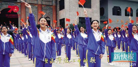 ■新会一中学生同唱《我和我的祖国》。