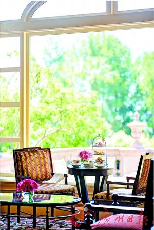 在景色美丽的酒店酒廊享受加州阳光叹下午茶。