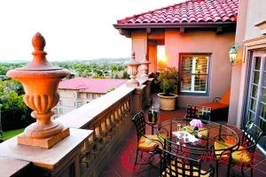 露台可以看到圣盖博山的美景。