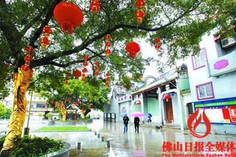 在紫南村的村头,树上挂起红灯笼,远处的祠堂修缮一新.