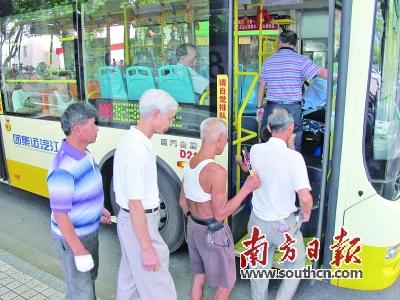 7月起江门市区老人乘公交享优惠不再分户籍_