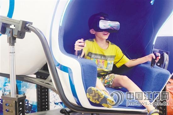 罩着VR眼镜,戴着耳机,市民董先生紧抿着嘴唇,神情紧张地挥舞着手中的控制手柄,左闪右躲,用武器消灭眼前的敌人。周末,他到虚拟现实体验馆,感受了一把VR(虚拟现实),周围吸引了不少市民驻足观看。游戏画面很逼真,很刺激!回忆起8分钟的VR体验,董先生的心情还没平复下来。   随着VR硬件技术日渐成熟,内容供给越来越丰富,线下体验成为行业内备受关注的项目,也让更多VR应用走进普通民众的生活。今年以来,不少VR体验店进入到购物中心,这个新奇玩意吸引了一批小朋友、年轻人。   文/图 江门日报记者 李