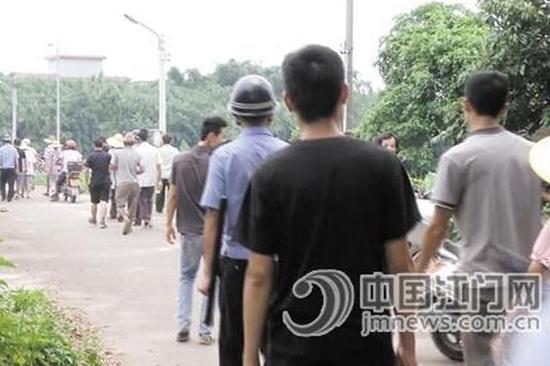 警方发动群众一起参与到搜索中,极大压缩了嫌疑人的逃跑空间。