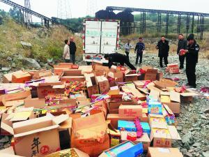 广州警方检查年货市场杜绝烟花爆竹出售,并集中销毁一批烟花爆竹。  信息时报记者 萧嘉宁 摄