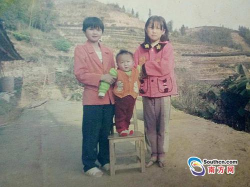 照片最右为求助者陈丽珠十岁时
