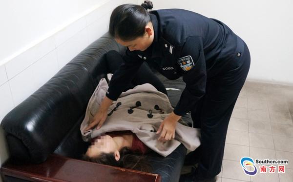 边检女民警将醉酒女士扶到沙发睡觉并取来自己便装为其盖上御寒。黄俊生 摄