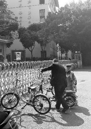 记者昨天上午在学校门前看到,有家长来将孩子接回家。
