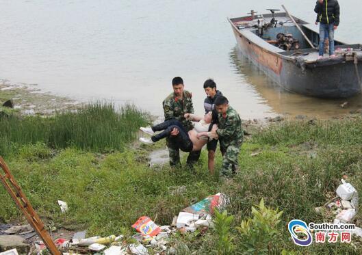 鹿鼎平台报道 中山女子跳河轻生漂到河中心 因体重浮在水面不下沉