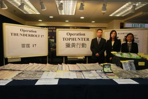 图:警方在行动中搜出大批证物。香港《大公报》记者周庆邦摄