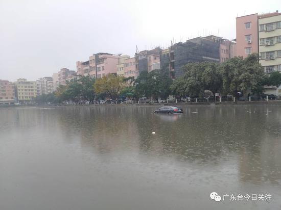当记者今天来到广州天河区岑村时,果然看到一辆黑色轿车停在鱼塘中央,四面环水。为什么会这样呢? (来自:广东台今日关注)
