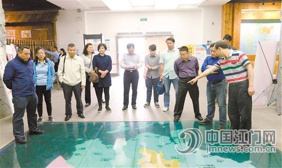 港澳游学考察团在考察五邑华侨华人博物馆。市旅游局提供