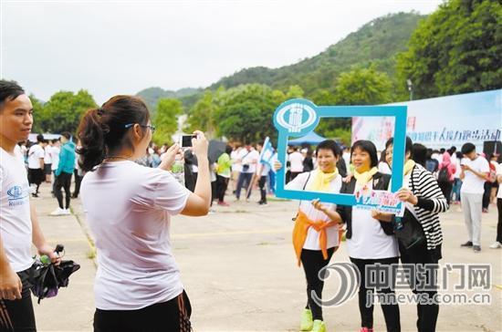 """""""潮跑""""活动中,市民们用手机记录美好一刻。"""