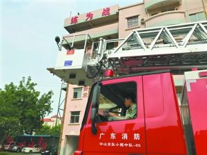消防官兵用特殊方式祝福母亲