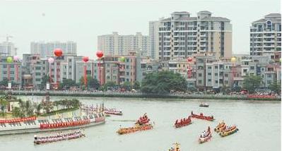 每年端午,东莞水乡各镇街都会举办丰富多彩的赛龙舟活动(记者陈栋 摄)