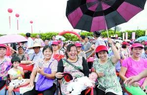 曾边村回迁安置区动工仪式上,村民笑逐颜开。