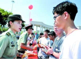 征兵适龄青年报名仪式在花都区政府广场举行,年轻人正在现场咨询。广报全媒体记者邱伟荣摄
