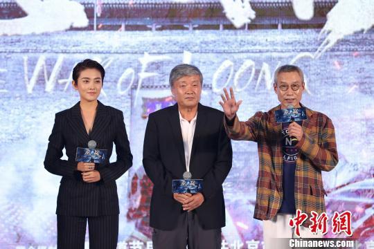 刘佩琦与导演高峰、演员罗昱焜登台。 主办方供图
