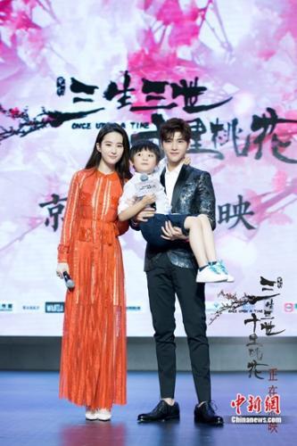 刘亦菲、杨洋与小演员合影。
