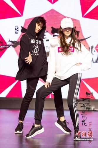 刘亦菲、杨洋同台尬舞。