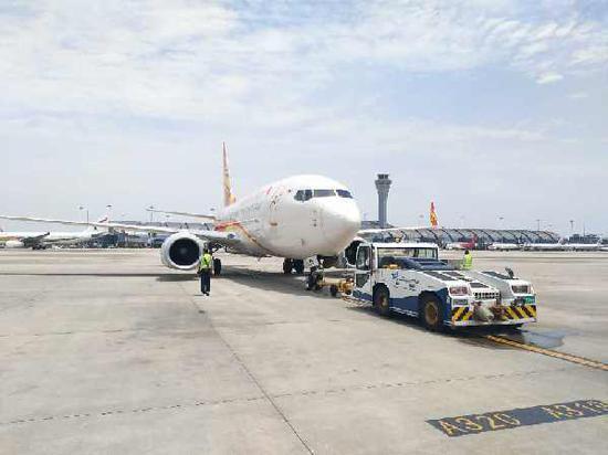 祥鹏航空首个救援航班8l9601从成都机场起飞,前往九寨协助疏散灾区