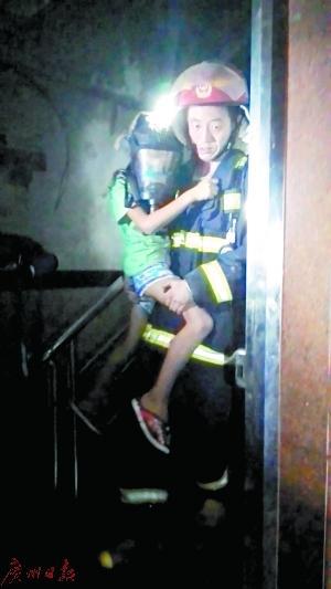 消防员救出孩子。