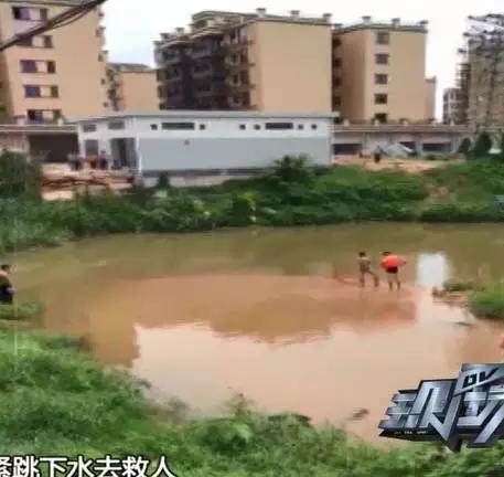 几个孩子看见出事,吓跑了,还有3个小孩坐在岸边哭。这时候,魏先生的一个老乡闻讯匆忙赶来,赶紧跳下水去救人。