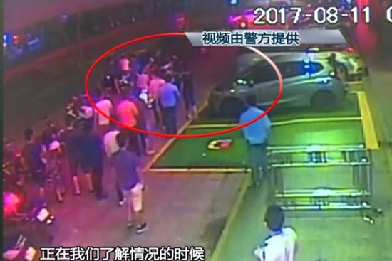 中山一娱乐场所两伙人打架 警察来了照样打
