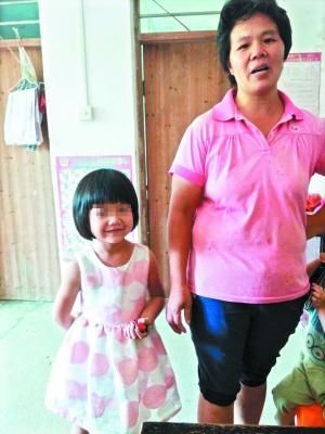 获救的4岁女童小卢(左)。