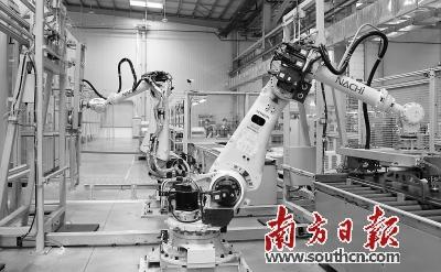 蒂森电梯自动化生产线上,巨大的机械手臂在来回作业.