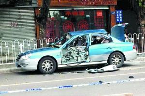 出租车的车门被震落,车窗被震裂。广州日报全媒体记者李波 摄