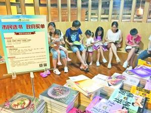 暑假家长陪同孩子选购图书。